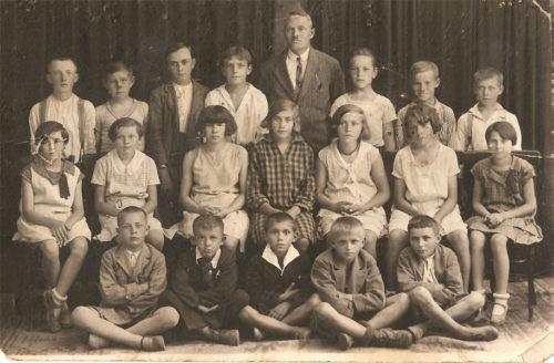 Foto: rok 1928 základní škola ve Starém Kolíně, 4. třída, Václav Horák stojící druhý zprava