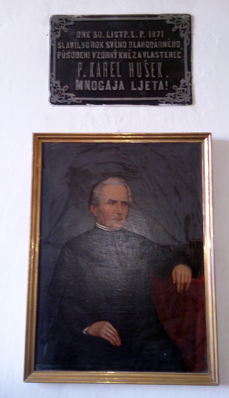 Pamětní deska a obraz p. Karla Huška na faře